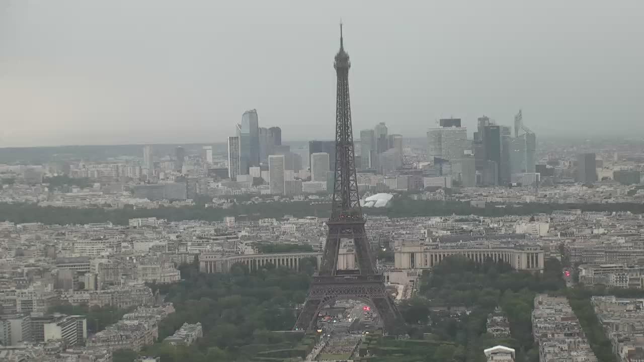 Paris Sun. 22:10